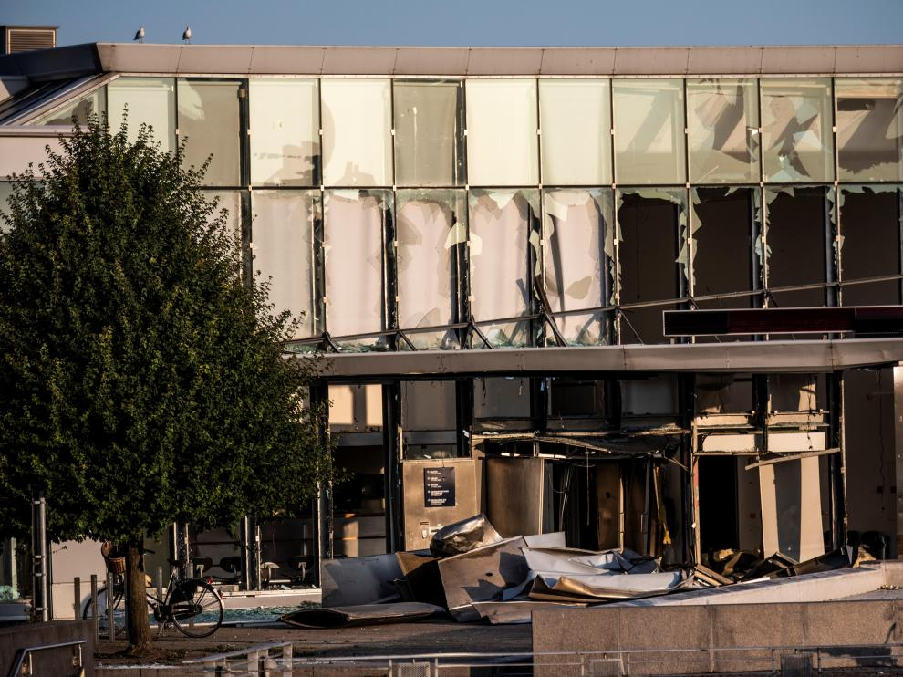 Copenhagen (Denmark), 07/08/2019.- A view of the front of the building with broken windows at the Danish Tax Authority at Oesterbro in Copenhagen, Denmark, 07 August 2019 following an explosion. Media reports state that on the evening of 06 August 2019, police received reports of a powerful explosion near Nordhavn Station. Police confirm that there has been a powerful explosion in front of the Tax Agency . (Abierto, Dinamarca, Copenhague) EFE/EPA/Olafur Steinar Gestsson DENMARK OUT Explosion in front of the Danish Tax Agency