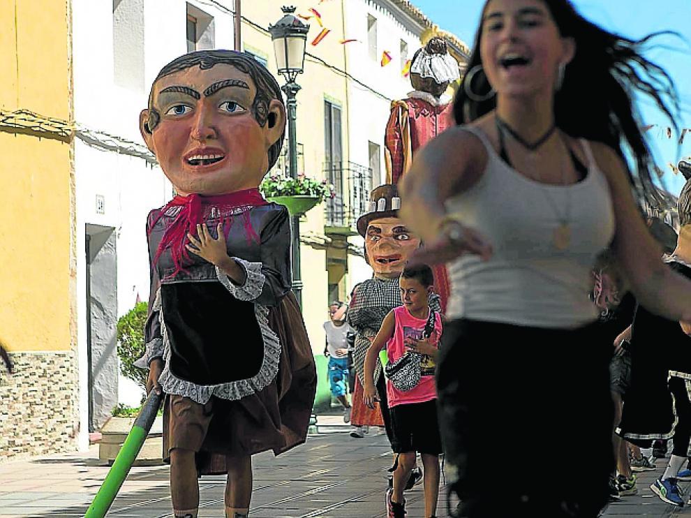Los cabezudos recorrieron las calles de María de Huerva.