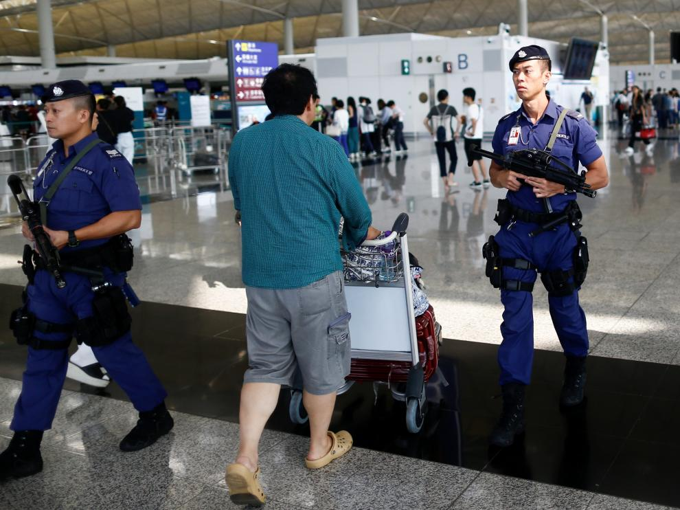 Armed police patrol the departure hall of the airport in Hong Kong after previous night's clashes with protesters, China August 14, 2019. REUTERS/Thomas Peter [[[REUTERS VOCENTO]]] HONGKONG-PROTESTS/
