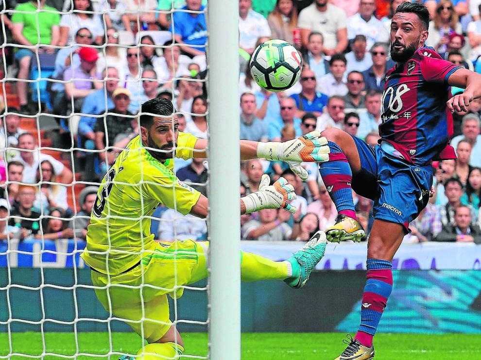 Ivi le marca un gol a Kiko Casilla durante un partido entre el Levante y el Real Madrid en el Santiago Bernabéu.