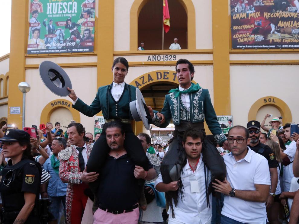 Lea Vicens y el aragonés Mario Pérez Langa, en la salida a hombros de la plaza de Huesca.