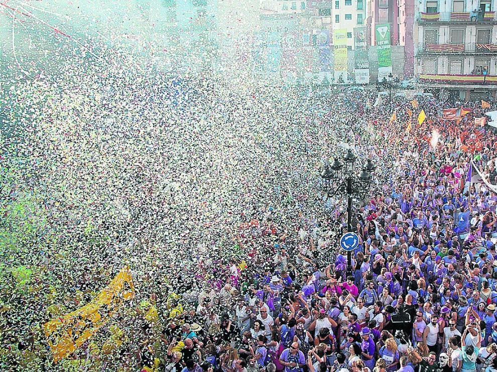 La plaza de España se inundó de confeti poco después del cohete anunciador.
