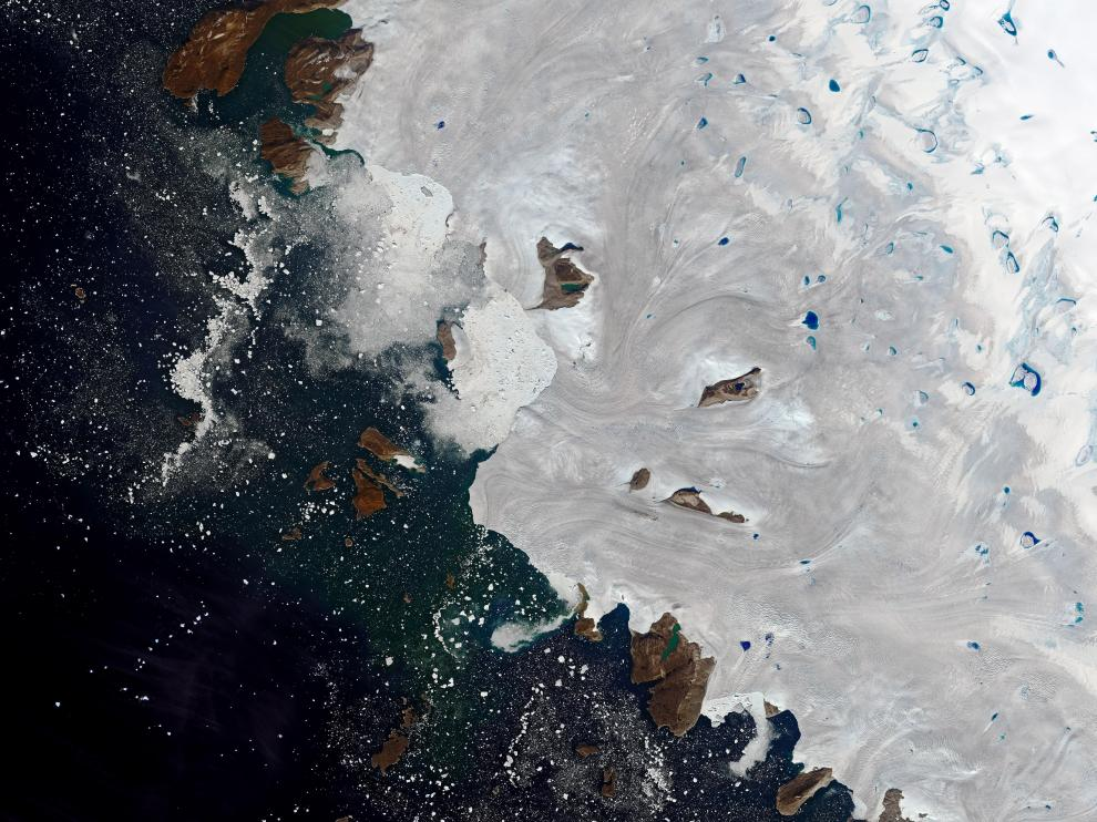 - (Greenland), 30/07/2019.- A handout photo made available by NASA Earth Observatory of a satellite image showing meltwater ponding in northwest Greenland near the ice sheet's edge, 30 July 2019 (issued 02 August 2019). In late July 2019, a major melting event spread across the Greenland Ice Sheet. Billions of tons of meltwater streamed into the Atlantic Ocean throughout the month, making a direct and immediate contribution to sea level rise. (Groenlandia) EFE/EPA/NASA EARTH OBSERVATORY HANDOUT HANDOUT EDITORIAL USE ONLY Warm weather brings major melting to Greenland