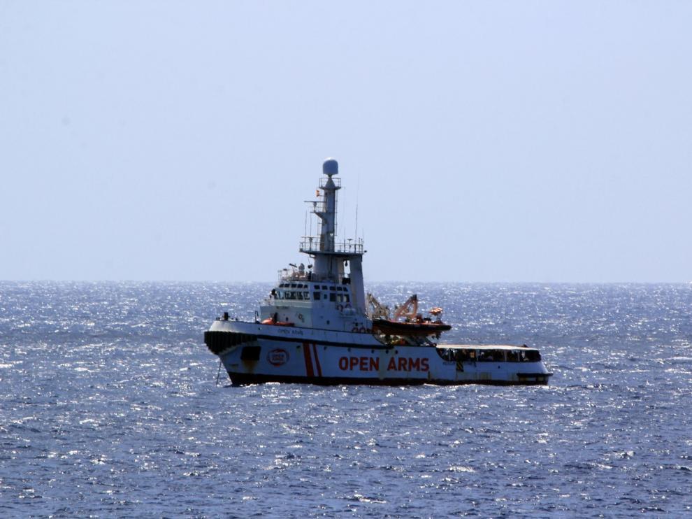 El Open Arms aguarda frente a la isla de Lampedusa con 147 inmigrantes a bordo.