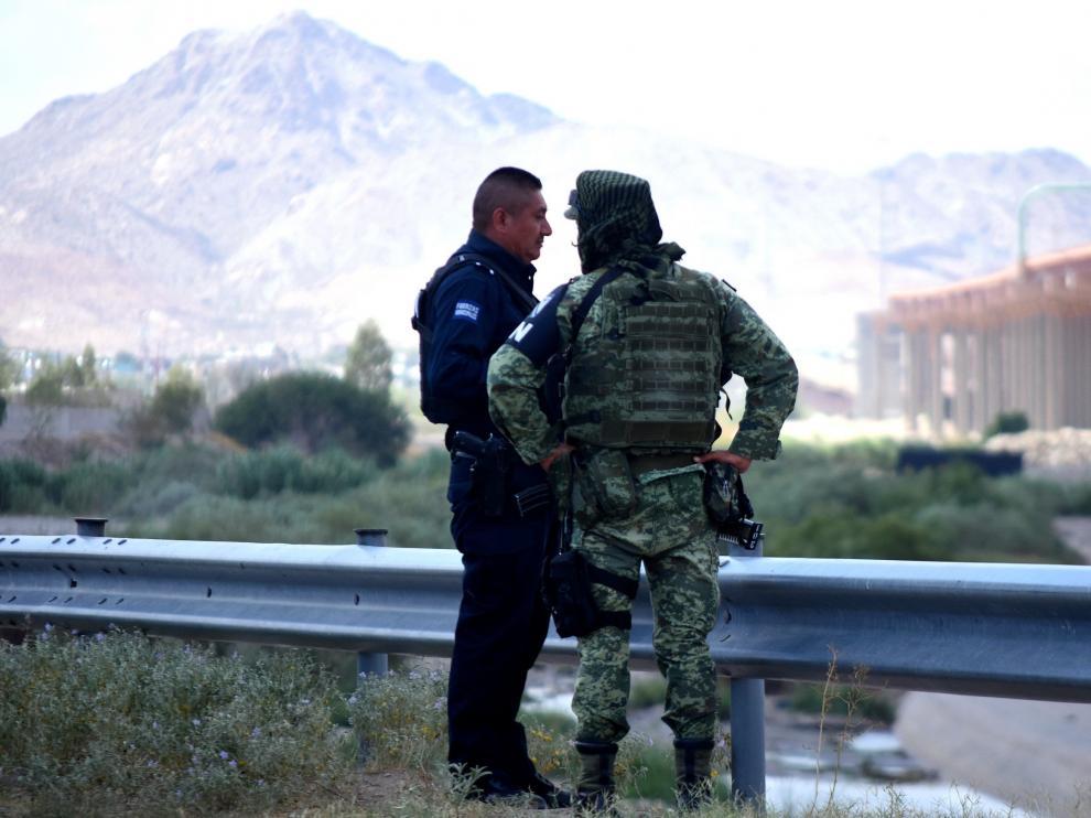 Elementos de la Guardia Nacional y policías municipales vigilan en los alrededores del río Bravo.