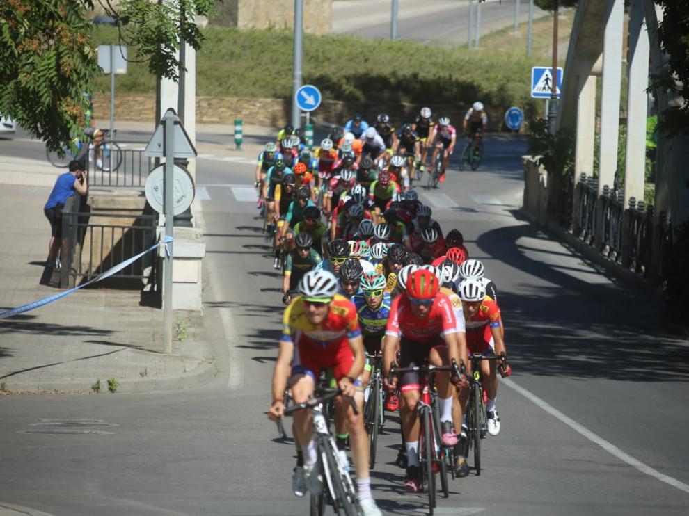 El pelotón rueda por uno de los tramos del circuito urbano en Huesca.