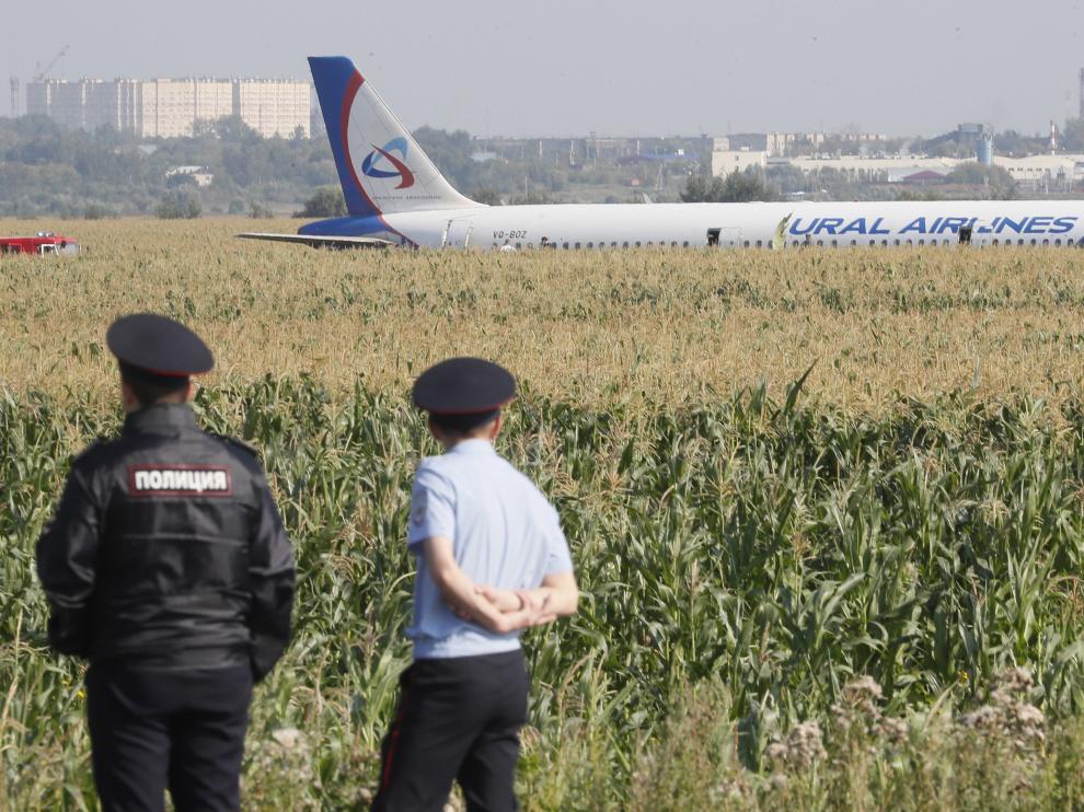 Un Airbus 321 aterriza de urgencia en un campo de maíz en las afueras de Moscú.