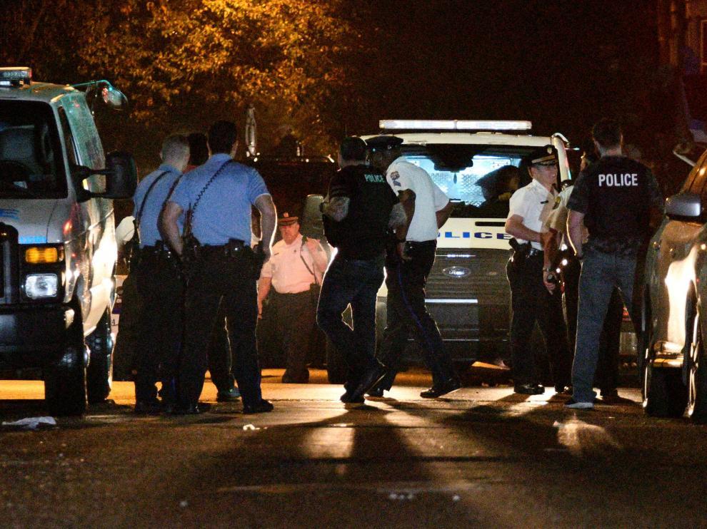 Un hombre se atrinchera ocho horas y hiere a varios policías en Filadelfia.