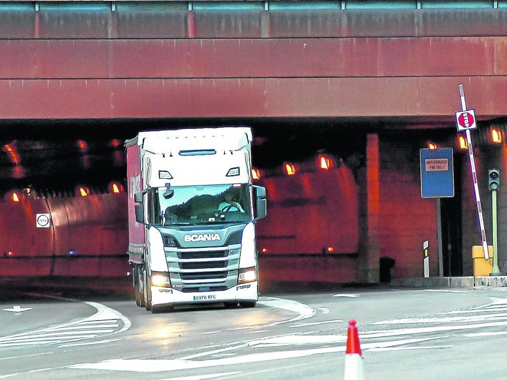 Un tráiler cruzando el tunel del Somport el miércoles de esta semana.