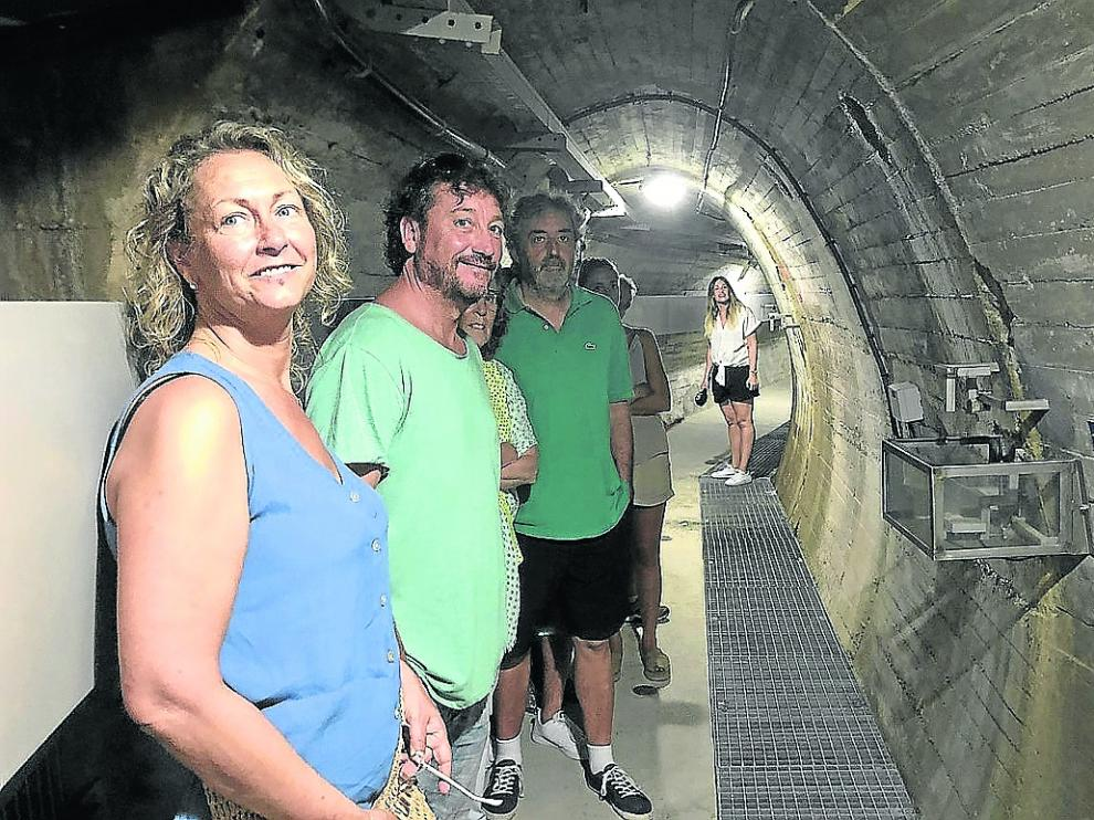 Visitantes en una de las galerías de la presa de El Grado, cuya construcción empezó en 1955.