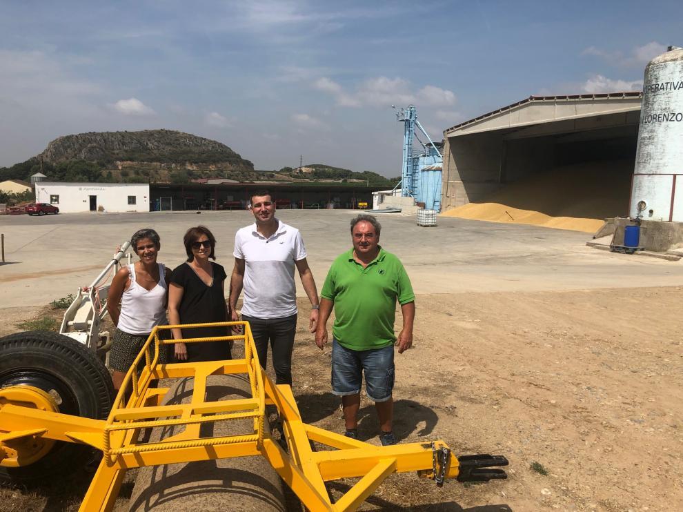 Patricia Abad y Lourdes Beguer, administrativas de la cooperativa San Lorenzo de Estadilla, junto al gerente, Alfonso Fumaz, y Antonio Cama, su presidente.