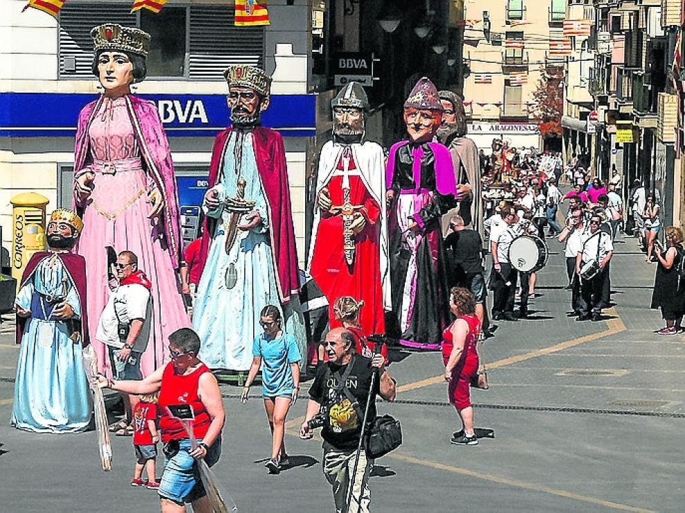 Los gigantes encabezan la procesión en honor del patrón.
