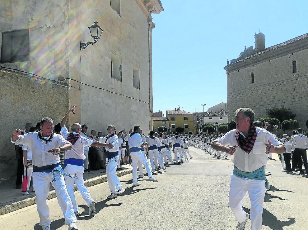 Los últimos pasos del tradicional baile de San Roque a los pies de la iglesia de Calamocha
