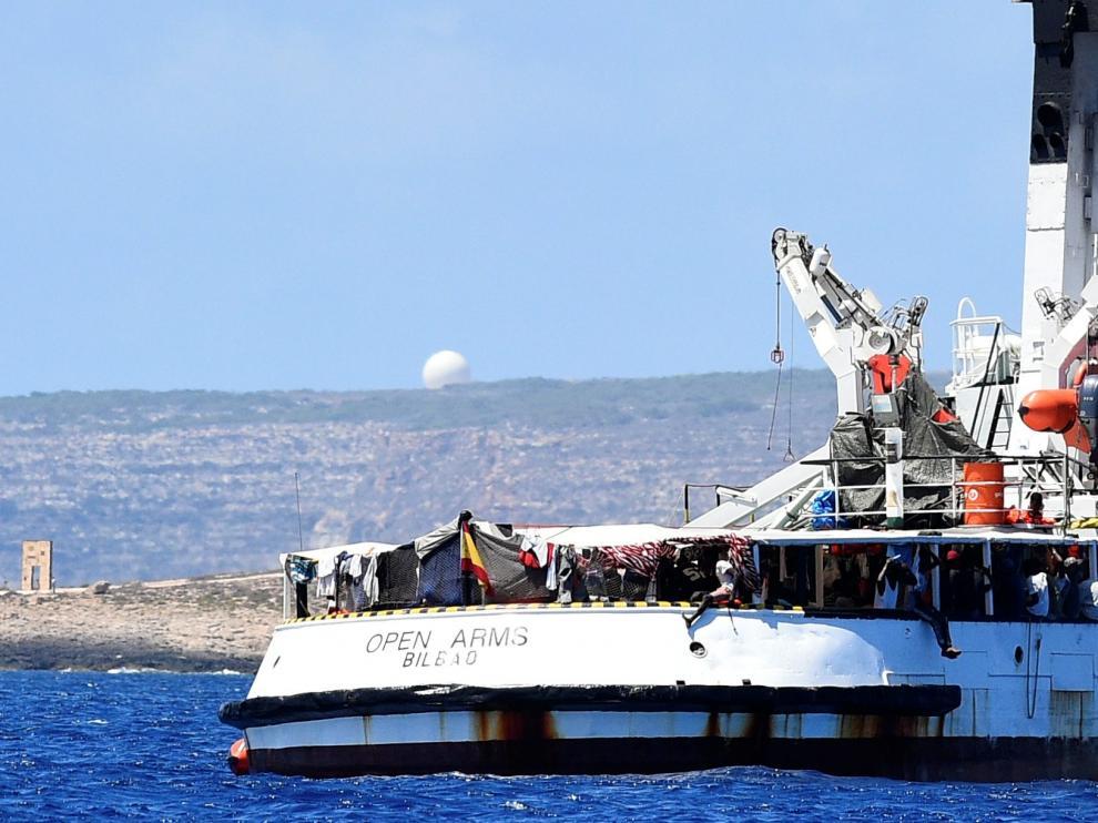 El barco de Open Arms espera con 134 migrantes a bordo frente a las costas de Lampedusa.