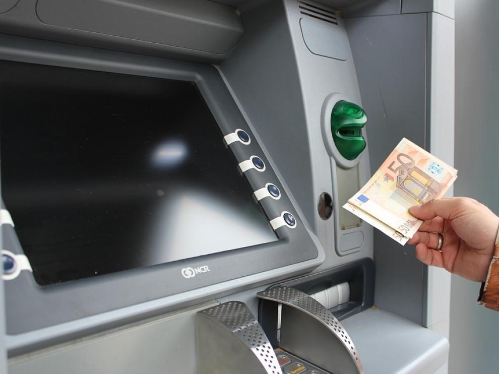 En algunas poblaciones aragonesas, sacar dinero es impensable, pues no tienen cajero.