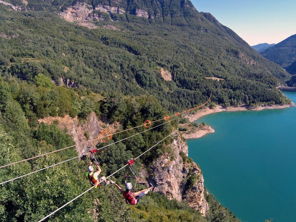 La sensación de libertad es total desde tirolinas gigantes como la del Valle de Tena (1 kilómetro de longitud), que ofrece una panorámica espectacular