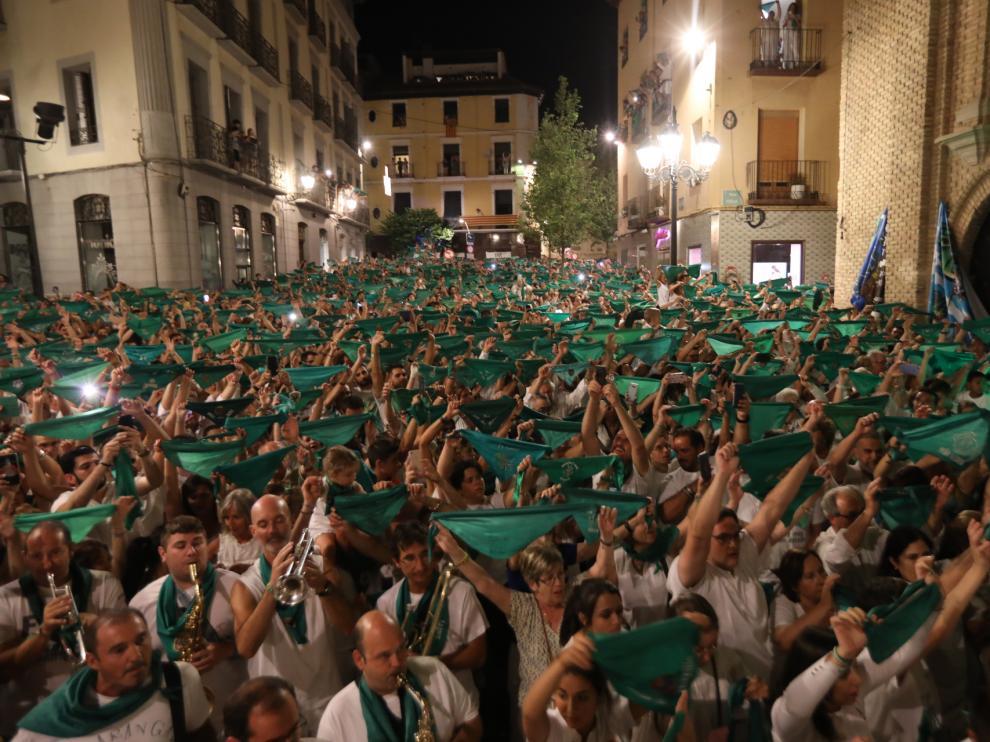 La plaza de San Lorenzo se llenó de peñistas que pusieron el colofón a las fiestas con las pañoletas en alto ante el patrón