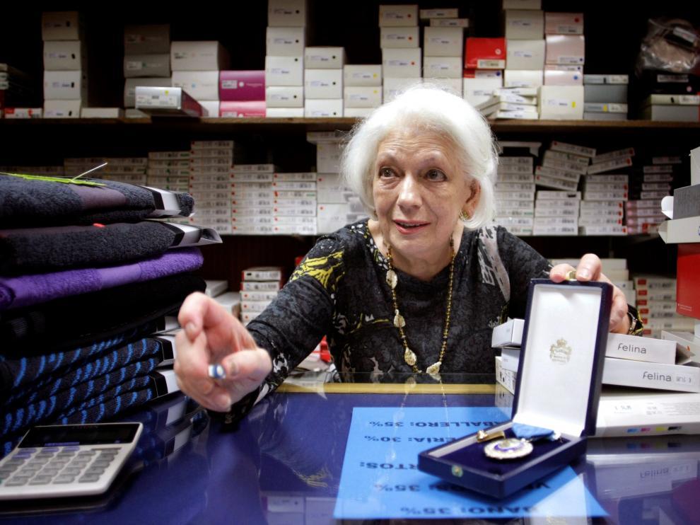 Loli muestra su medalla al Mérito por el Trabajo, concedida cuando superó los 61 años de cotización.