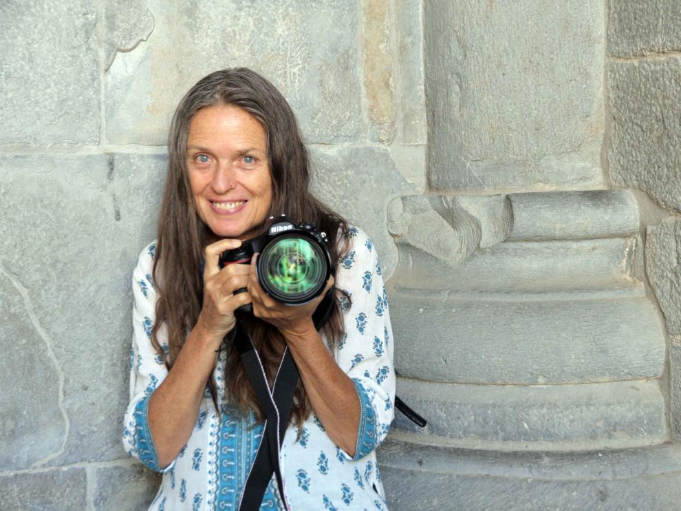 Ouka Leele, cámara en mano, este viernes en la catedral de Jaca.