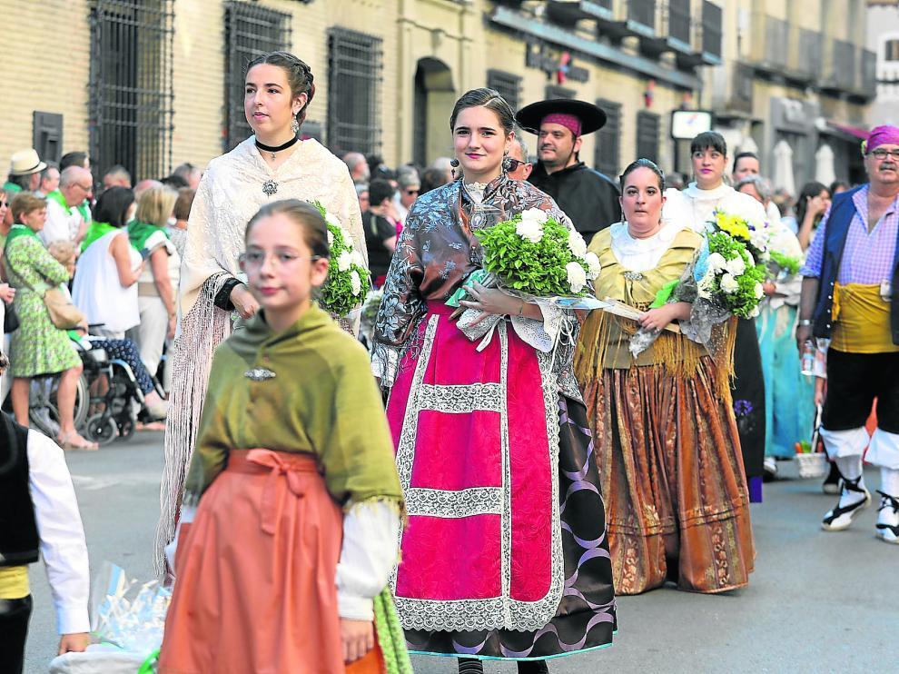 Personas de todas las edades participaron en la ofrenda luciendo trajes tradicionales o típicos de distintas épocas y zonas de Aragón.