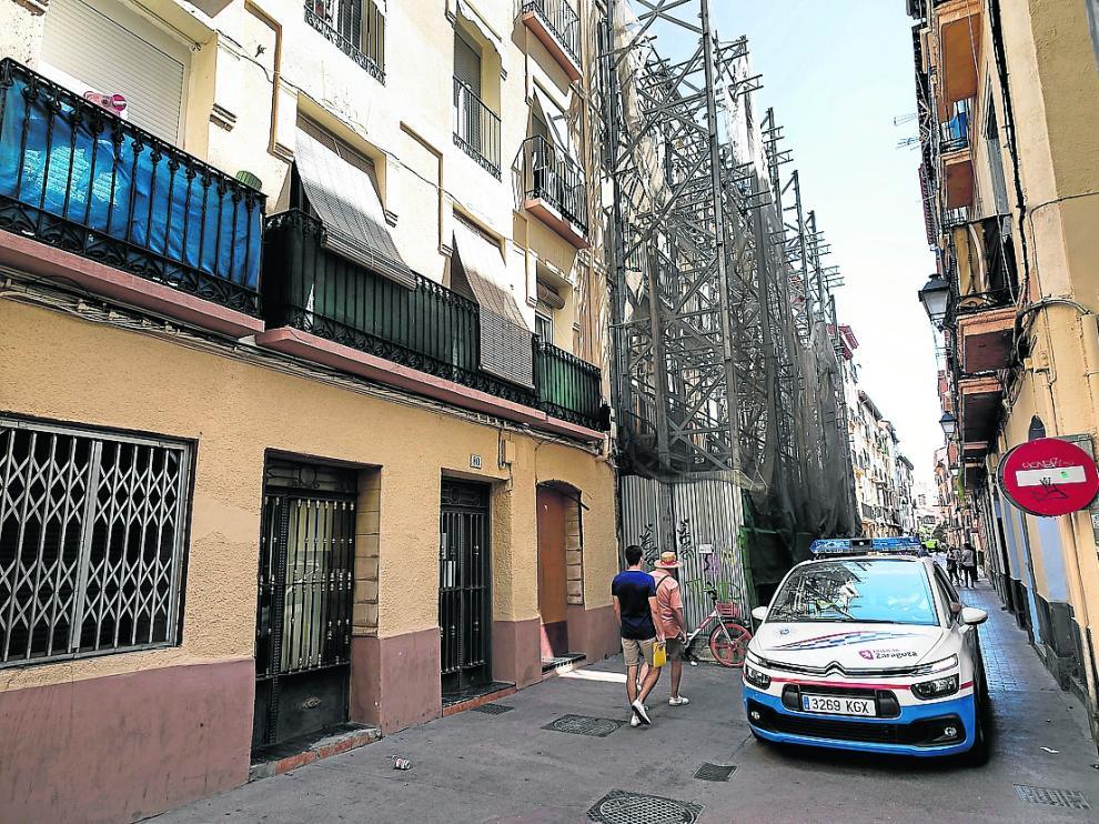 Una patrulla de la Policía Local, en la calle de Ramón Pignatelli el pasado viernes