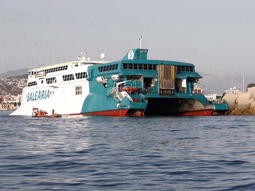Encalla un ferri con cerca de 400 pasajeros en el puerto de Denia.