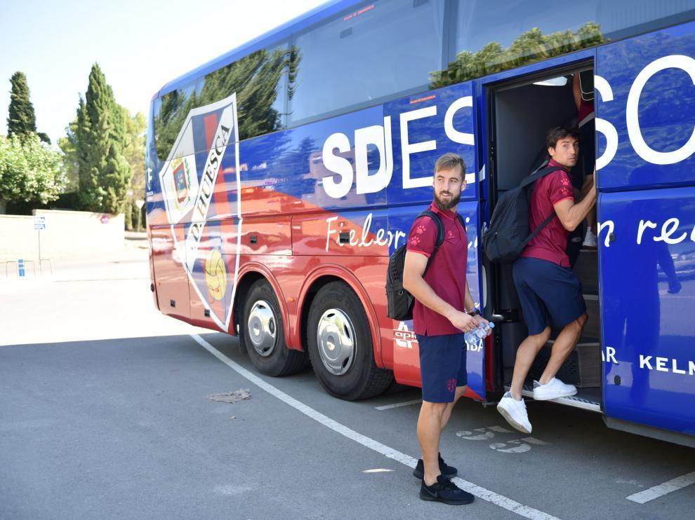 Jorge Pulido y Pedro Mosquera suben al autobús de la SD Huesca.