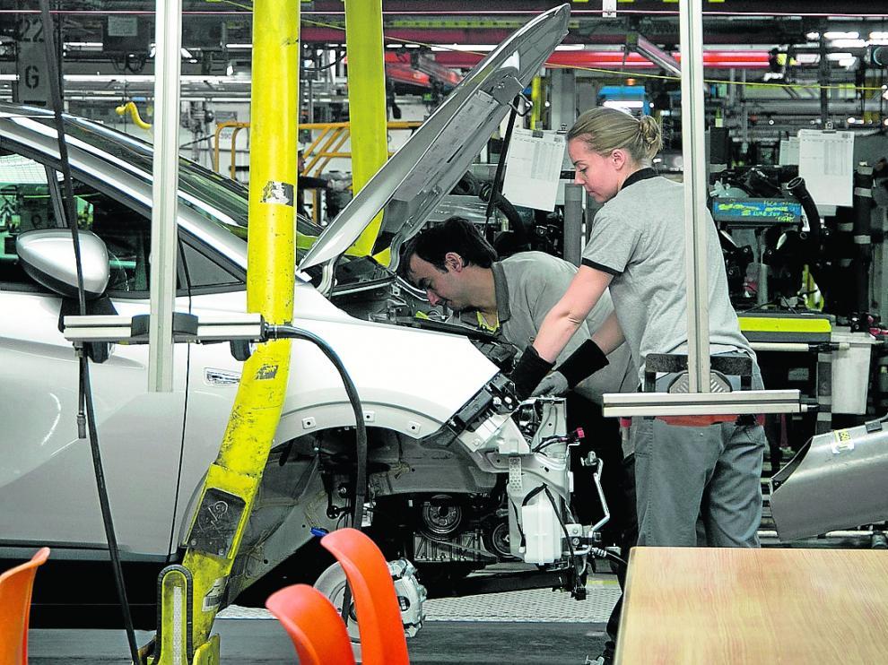 Imagen de 2018 de trabajadores de Opel PSA en una de las líneas de montaje de la planta.