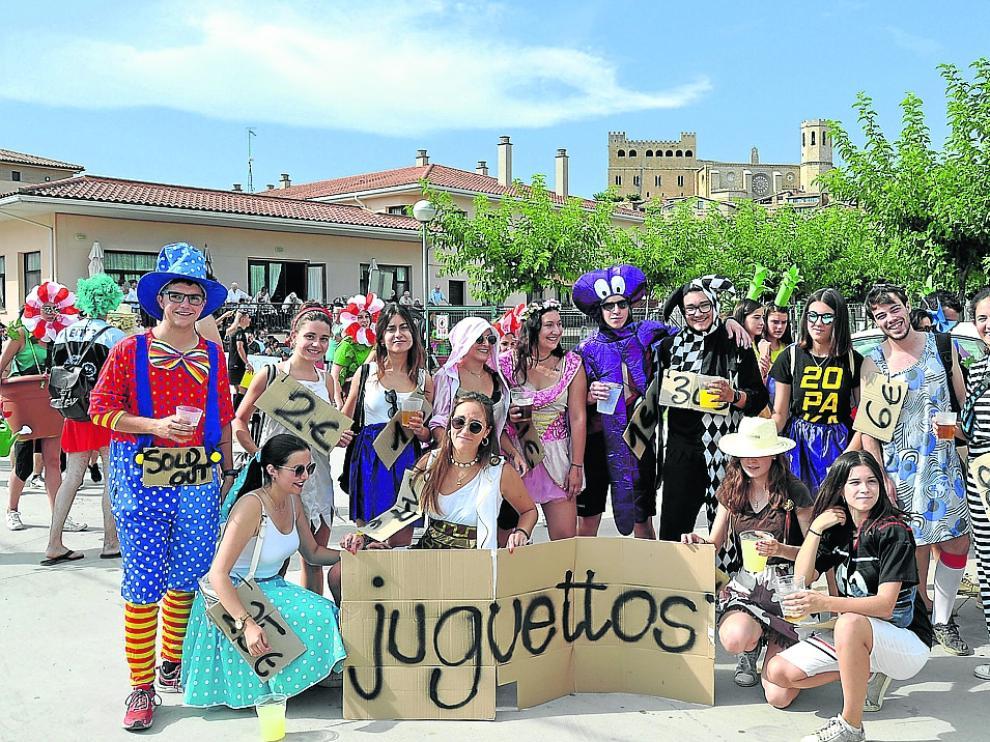 Peñistas y grupos de amigos caracterizados con sus disfraces se dieron cita este sábado por la tarde.