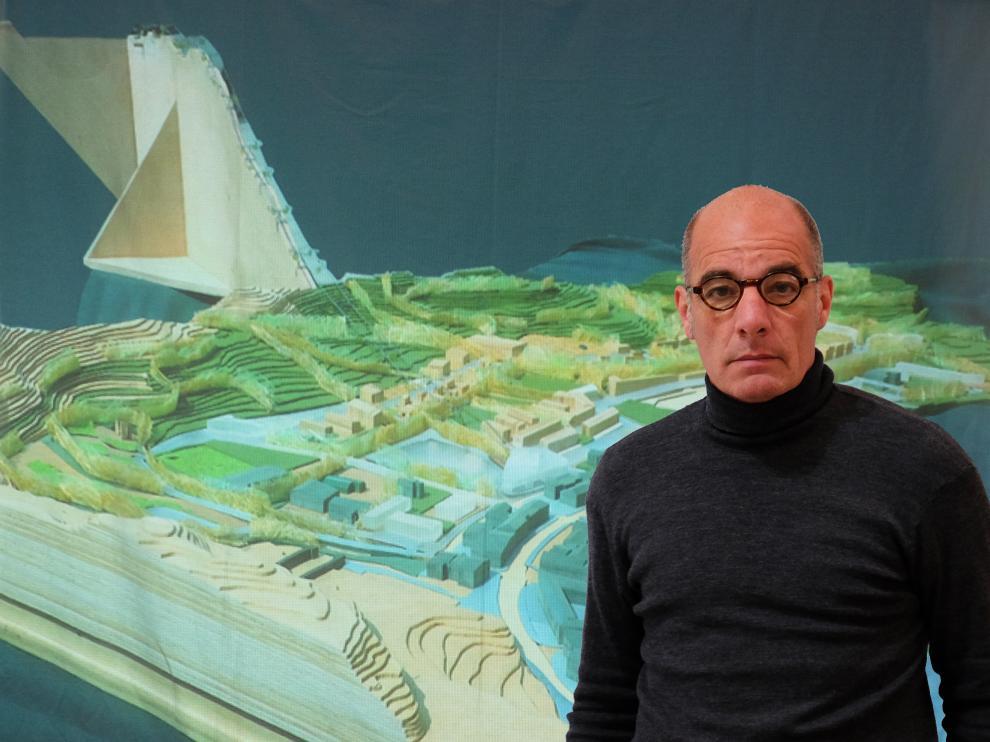 Antonio Sanmartín, ante de una imagen de Benasque con la proyectada telecabina al fondo.