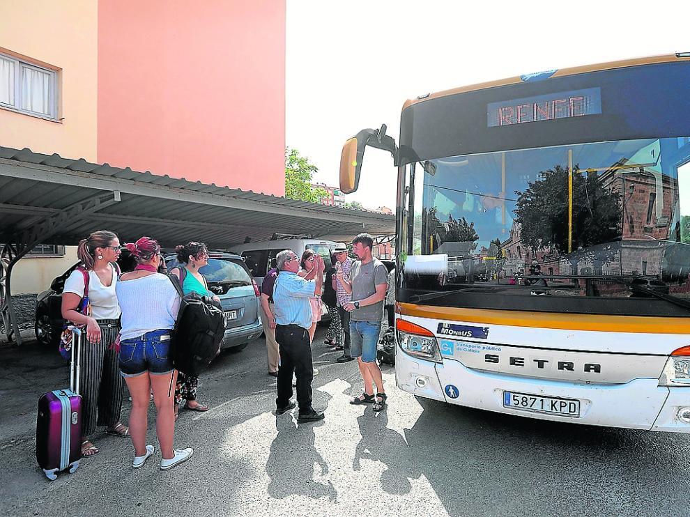 Un bus procedente de Valencia para en la estación de Renfe de Teruel para recoger y dejar pasajeros.