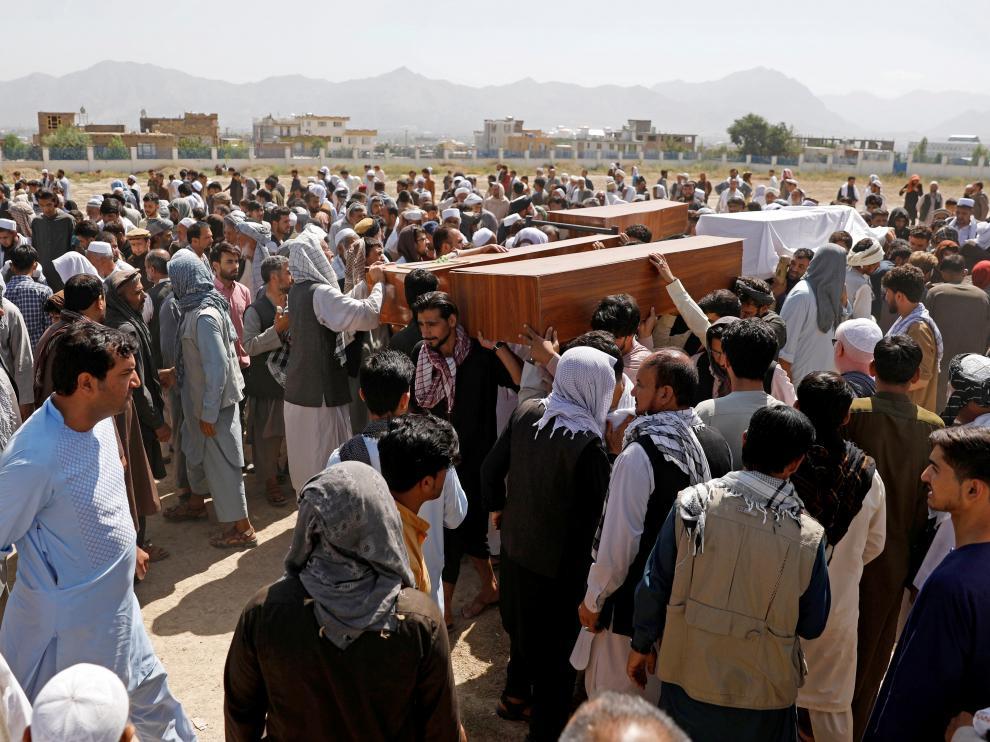 Funerales por las víctimas del atentado en un salón de bodas de Kabul (Afganistán).