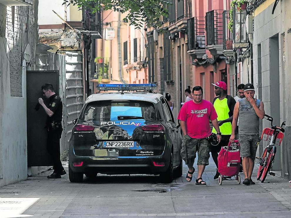 Un agente de la Policía Nacional accedía el pasado viernes a uno de los edificios okupados.