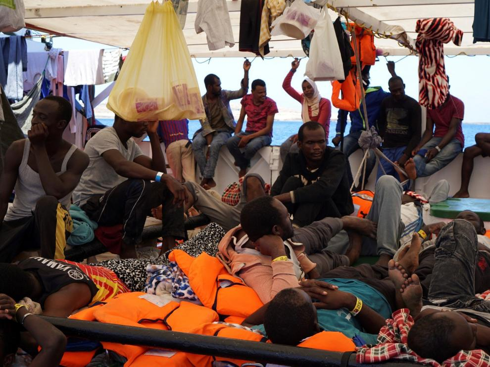 Los inmigrantes permanecen hacinados desde hace dos semanas en la cubierta del Open Arms.