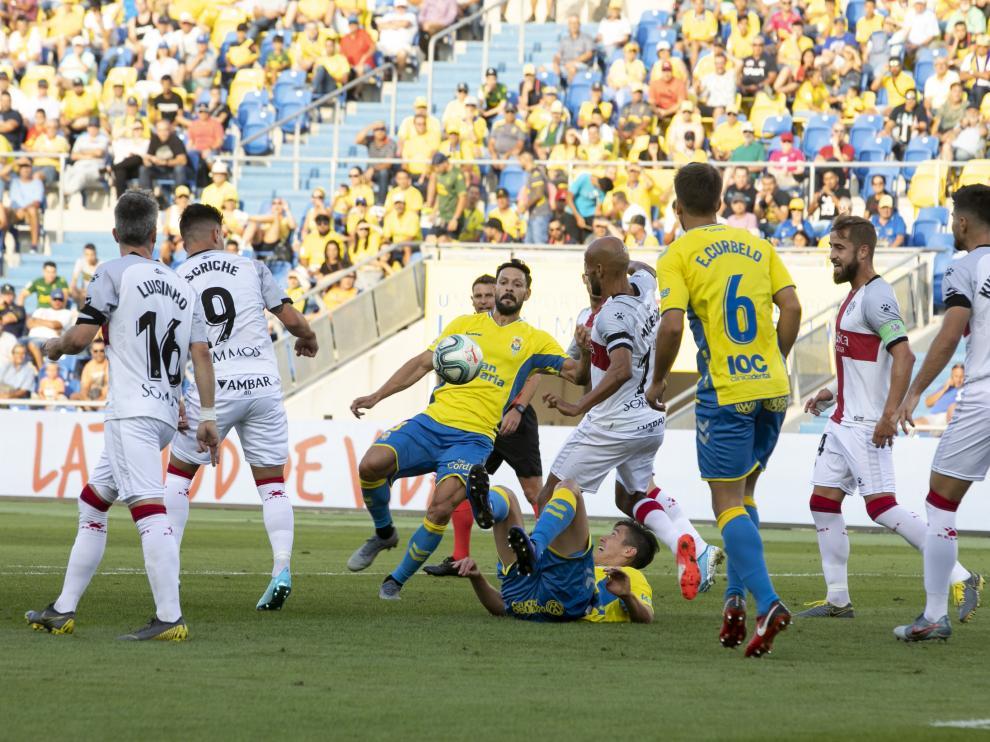 Mantovani cae al césped en un lance del partido jugado este domingo.