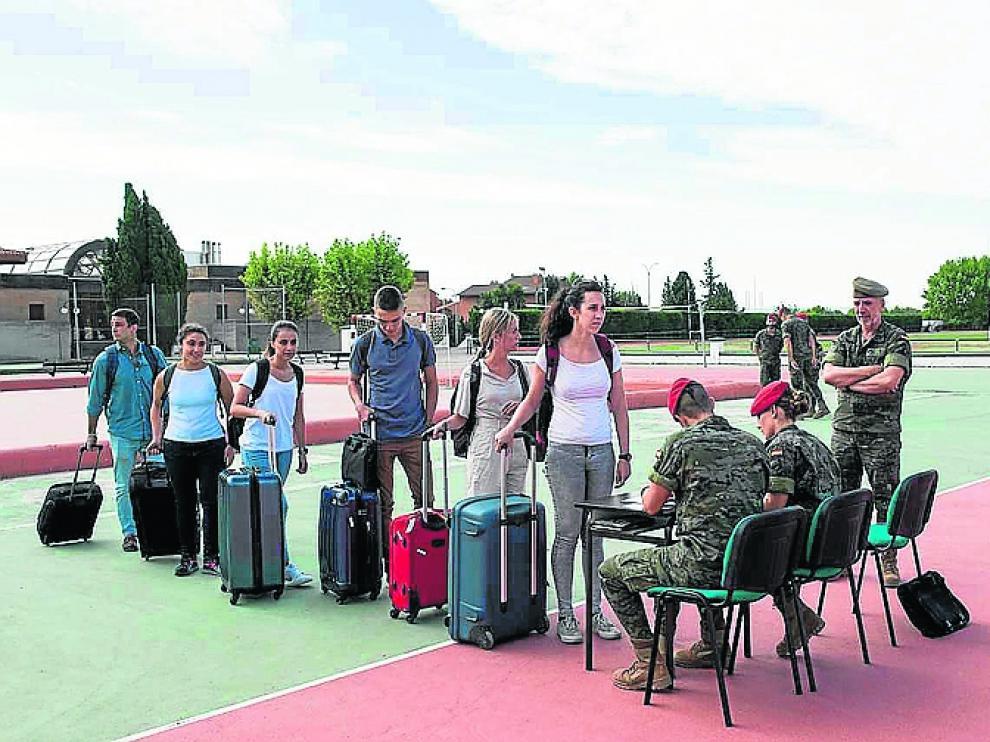 Nuevos alumnos y alumnas, ayer, a su llegada a la Academia.
