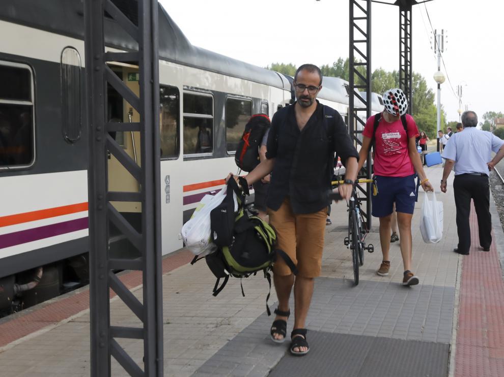 Los pasajeros abandonan una tren Tamagochi en Ayerbe después de sufrir una avería.