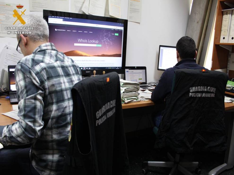 Dos agentes del equipo de delitos tecnológicos de la Guardia Civil.