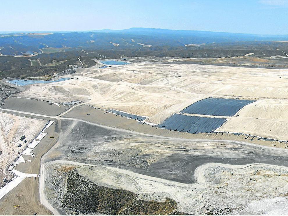 Ejecución de la primera fase de las obras de sellado del vertedero de Torrecilla, finalizadas en enero de 2016.