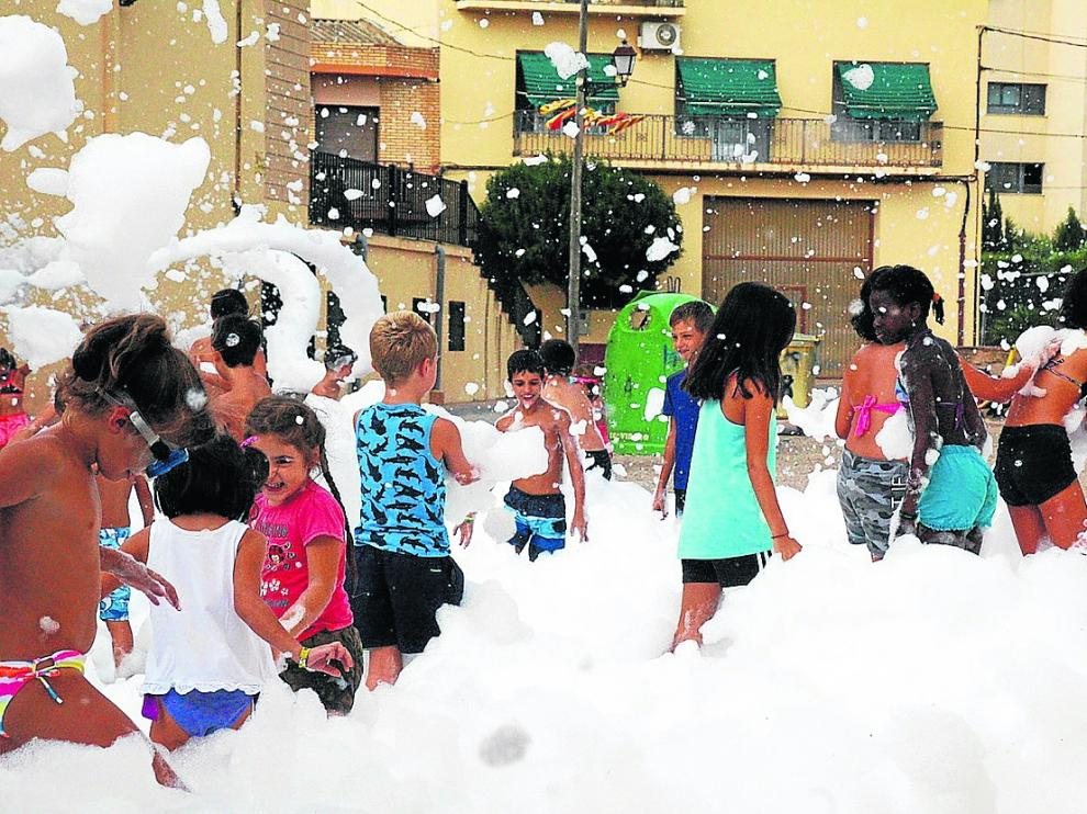 Los más pequeños disfrutaron este lunes por la tarde con la fiesta de la espuma en Fabara.