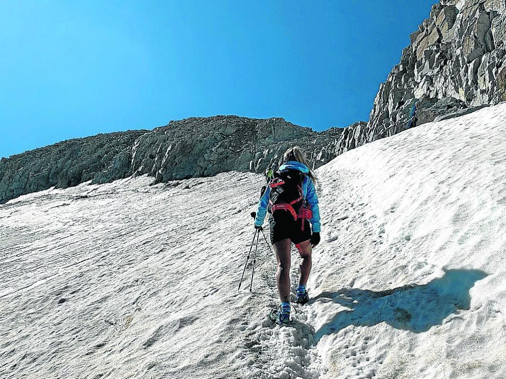 Una montañera atraviesa el glaciar por la ruta de Coronas camino del Aneto, el pasado sábado.