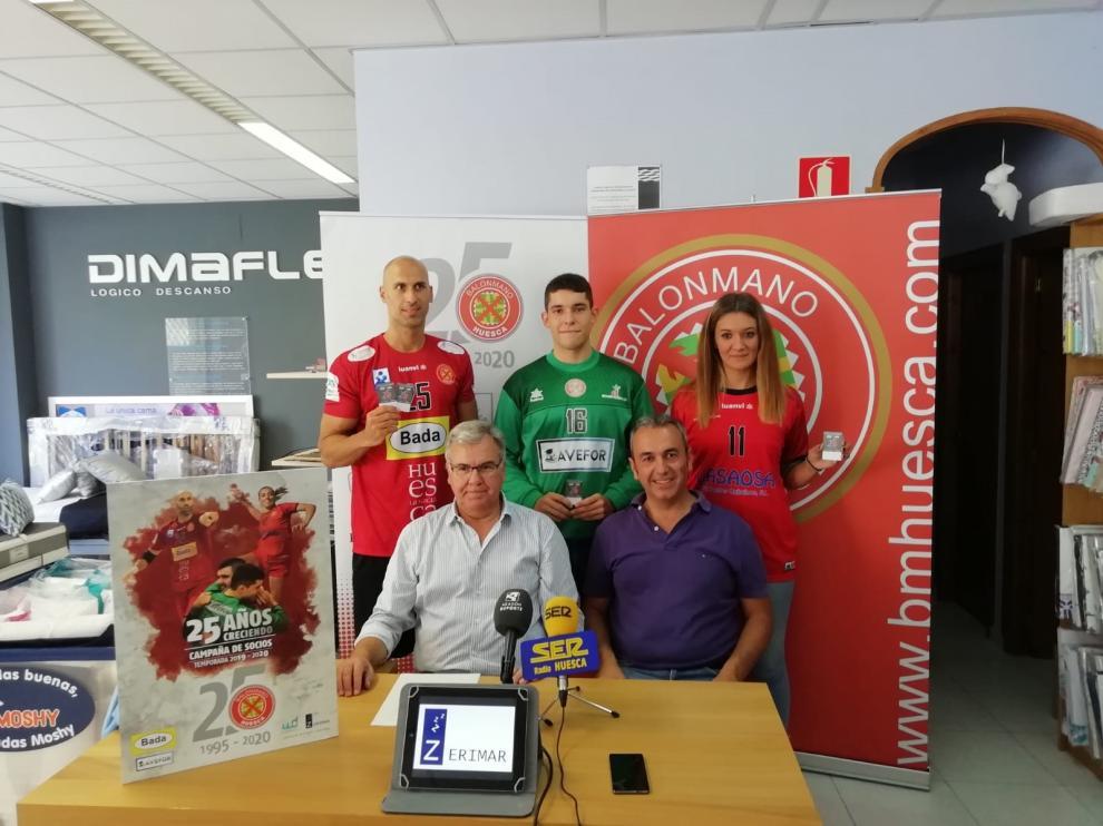 Los jugadores Marco Mira, Jorge Broto y Corina Precup, junto al secretario Fernando Udina y el directivo Daniel Ramírez.