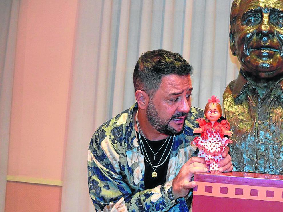Benja de la Rosa, director y creador de 'Terror y Feria', con la muñeca Marifé que protagoniza uno de los capítulos de la serie.