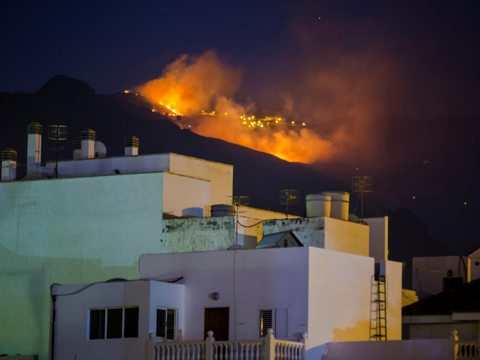 Flames and smoke from a forest fire are seen in the village of Agaete on the Canary Island of Gran Canaria, Spain, August 19, 2019. REUTERS/Borja Suarez [[[REUTERS VOCENTO]]] SPAIN-WILDFIRE/