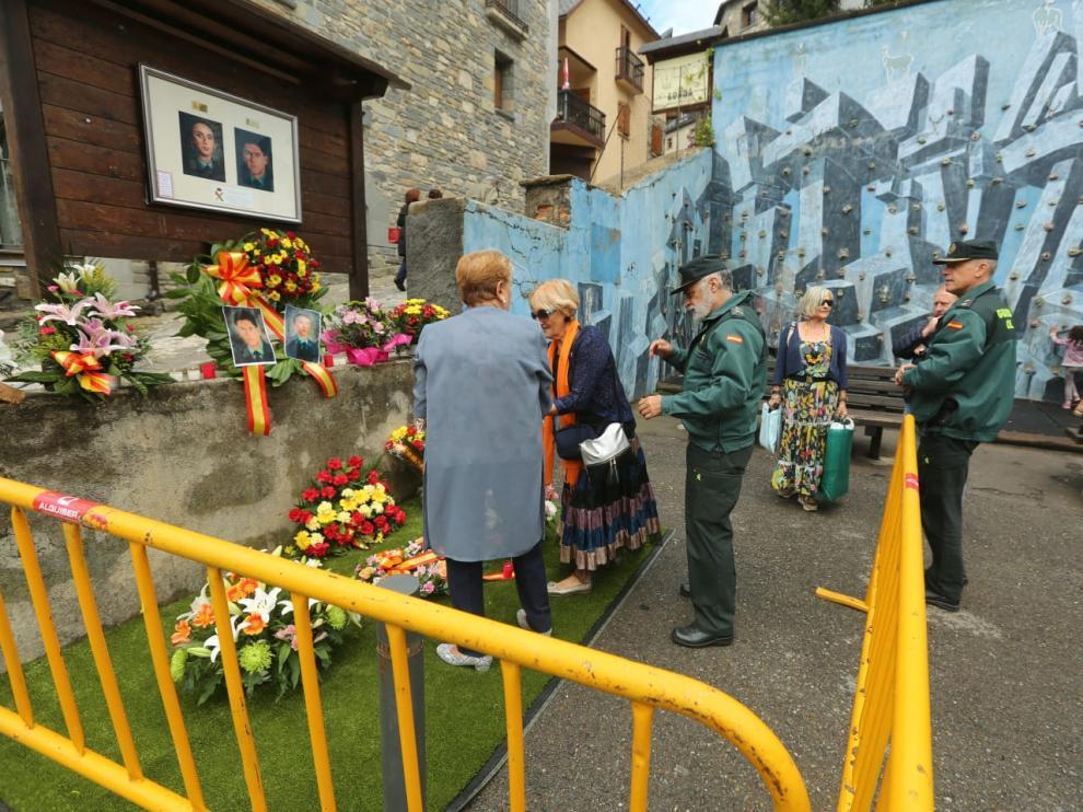 Ofrenda floral al monolito que recuerda a los dos guardias asesinados.