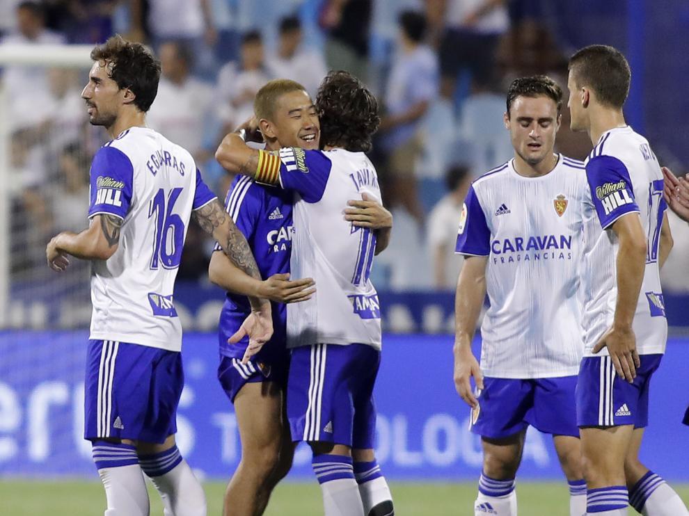El centrocampista Shiji Kawaga abraza a un compañero al concluir el partido del domingo ante el Tenerife