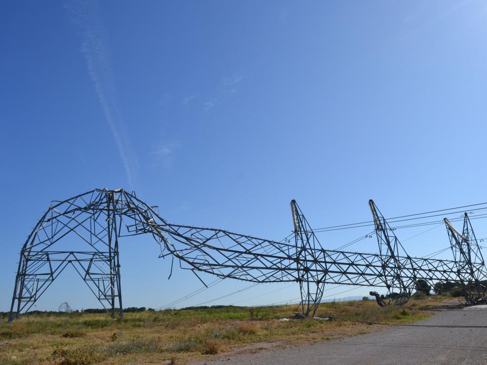 Una de las torres que resultó afectada por las fuertes rachas de viento en Tauste.