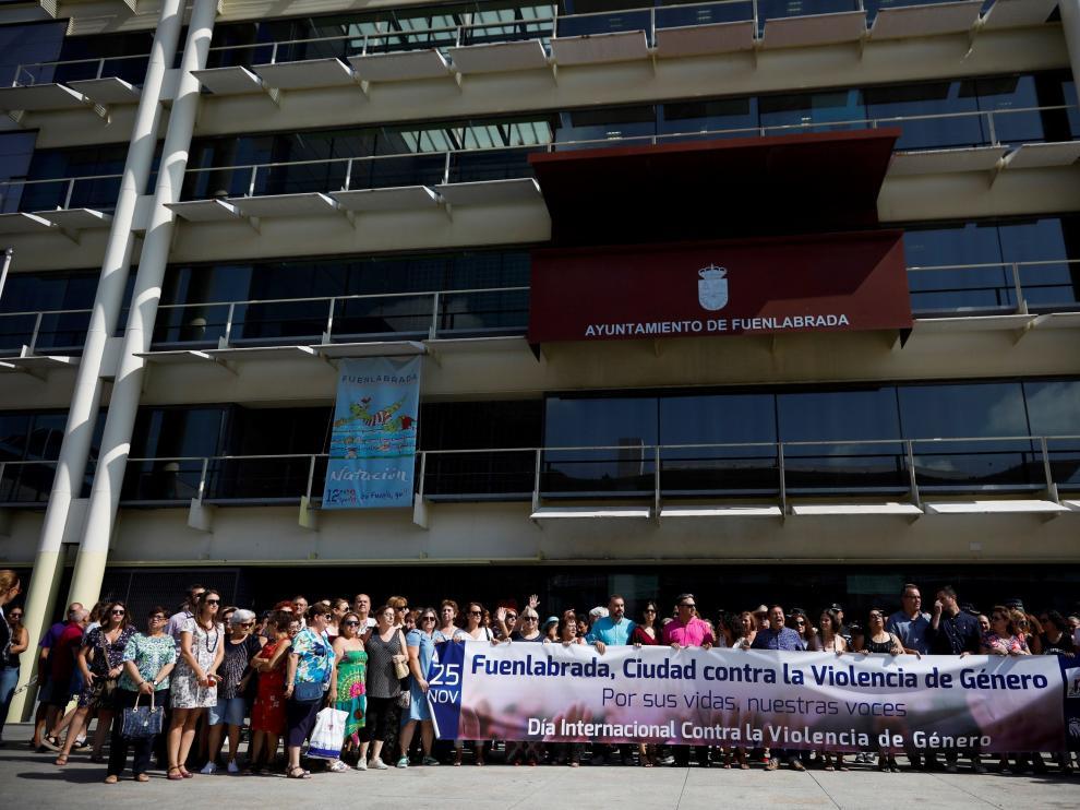 Vecinos de Fuenlabrada se concentran este martes en la ciudad madrileña en repulsa y condena por el asesinato de la joven