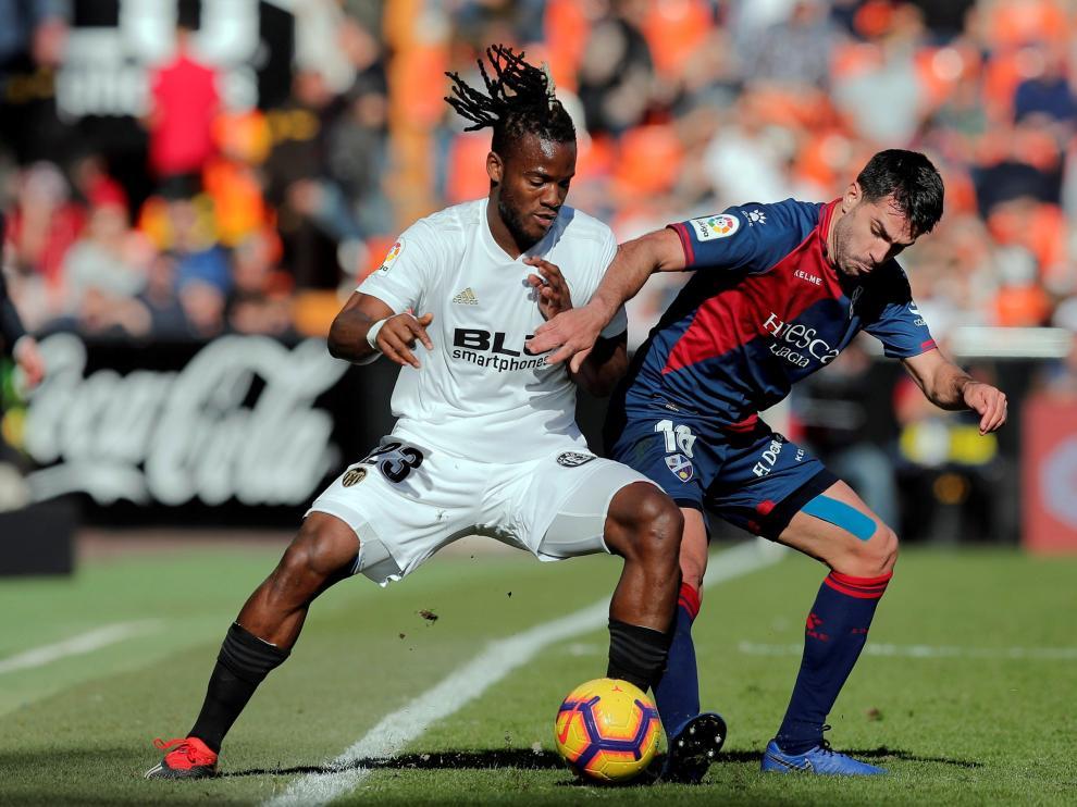 Insua, en pugna con Batshuayi durante el Valencia-SD Huesca de Mestalla.