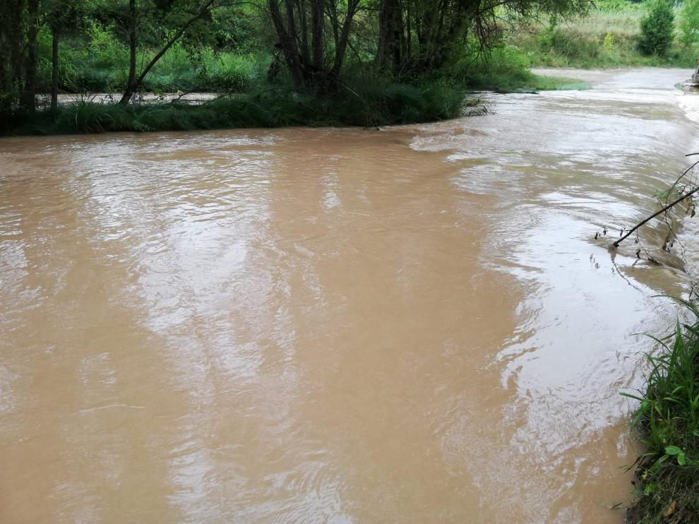 La crecida del Mijares impide cruzar el río para llegar al barrio de los Tarrasones.